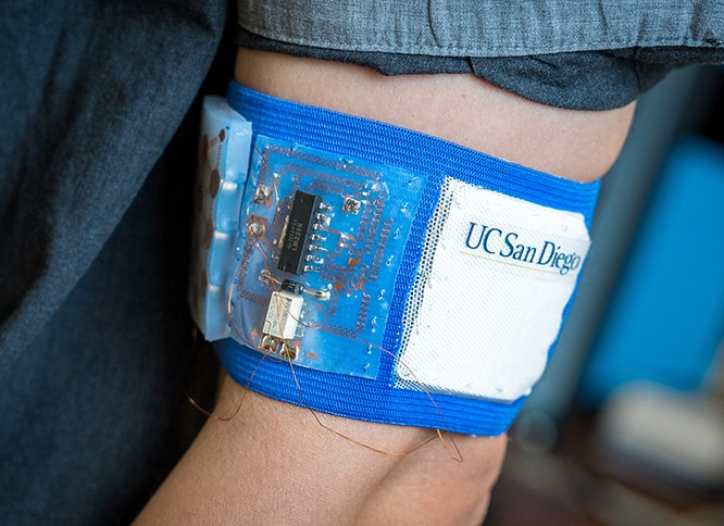 Electronic Wristband With Flexible Batteries Helps Maintain Body Temperature